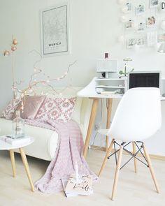 Eine Kleine Arbeitszimmer Ecke Im Skandinavischen Design. Viel Weiß Und  Holz Bringt Den Nordischen