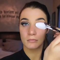 Another super easy way to do a Cut Crease with a plastic spoon - June 01 2019 at Eye Makeup Tips, Glam Makeup, Makeup Videos, Beauty Makeup, Gold Cut Crease, Eye Makeup Cut Crease, Eyeliner Makeup, Brown Mascara, Makeup Tricks