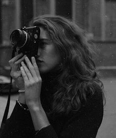 how to NOT hold a camera Aesthetic Vintage, Aesthetic Photo, Poses, Selfie Foto, Girls With Cameras, Black And White Aesthetic, Foto Fashion, Photo Instagram, Mykonos