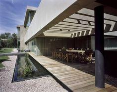 De los profesionales de Central de Arquitectura, Casa Reforma es un juego de volúmenes que se abren para materializar una vivienda unifamiliar de luz y sombras.