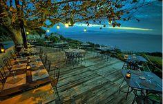 Terrasse en Corse : L'Auberge du Chat qui pêche - Les plus belles terrasses de restaurants et cafés en France - Direction le Cap Corse, où l'Auberge du Chat qui pêche nous propose poissons cuits dans un four à bois, vins racés et vision d'ensemble sur le désert des Agriates...