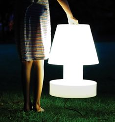 "12. Draagbare lamp ""T40"". H 40 cm. Bloom. 130 euro. www.quatuor.be ©Bloom"