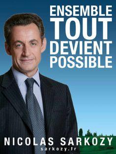 26) Nicolas Sarkozy ne mise pas sur l'originalité pour ses affiches. Son slogan « ensemble tout devient possible » aurait très bien pu s'appliquer à n'importe quel candidat. Sur la première affiche, le paysage de fond ressemble furieusement à un fond d'écran Windows XP ! L'herbe est trop verte, le ciel trop bleu, et le visage du candidat brille trop, trahissant un éclairage studio