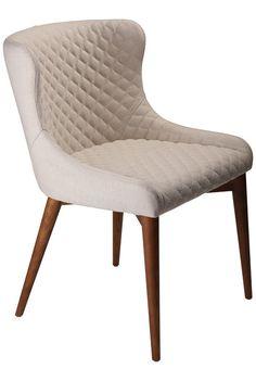 Vetro Spisebordsstol - Beige - Elegant spisebordsstol i beige stofbetræk med flotte detaljer på stolen samt valnødben. Anvend stolen i spisestuen eller i hjemmekontoret. Stolens enkle look passer stort set ind i alle indretningsstile.