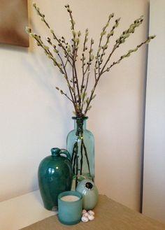 Verschillende soorten potten/vazen in blauw-groene tinten bij elkaar gezocht en een aantal takken vertakte katjes gekocht. Nog wat eitjes er bij voor pasen. Staat erg fris!