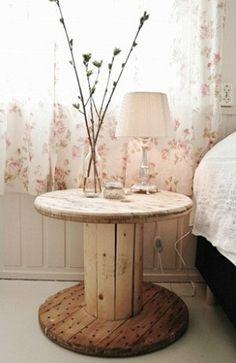 Carrete de madera como mesa de luz.