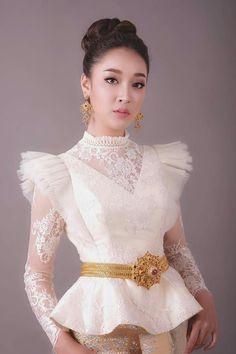 Myanmar Traditional Dress, Thai Traditional Dress, African Traditional Dresses, Traditional Fashion, Traditional Outfits, Traditional Ideas, Cambodian Wedding, Khmer Wedding, Thai Fashion