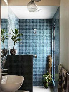 Idee bagno piccolo: lungo e stretto con la doccia rivestita in mosaico blu posizionata in fondo alla stanza. Soluzione moderna ed elegante