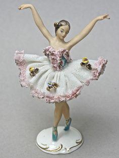 Kleine Ballerina-Tänzerin auf Spitze, Bisquit-Porzellan, gemarkt  Alka Dresden .