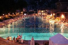 Glenwood Springs Hot Springs Resort & Hotel rare pic at night. Living In Colorado, Colorado Homes, Oh The Places You'll Go, Places To Visit, Glenwood Springs Colorado, Colorado Mountains, Hot Springs, Vacation Spots, Beautiful Places