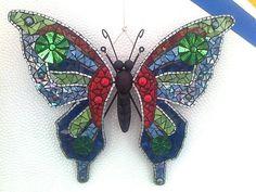 Deze heeft mooie groene ogen in de vleugels (It has beautiful green eyes in the wings) Mirror Mosaic, Mosaic Diy, Mosaic Garden, Mosaic Crafts, Mosaic Projects, Mosaic Glass, Stained Glass Designs, Mosaic Designs, Stained Glass Patterns