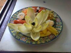 Ensalada de endivia y frutas con crema de roquefort