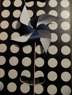 Pour les 6 mois d'Arthur et la sweet table que j'ai organisé, j'avais envie de créer des moulins à vent pour être dans mon thème «petit marin». En fait, le moulin à vent peut se marier avec tous les thèmes de fête ! Inspiration printanière, inspiration chevron, liberty ou customisé par vos enfants(gommettes par exemple). …