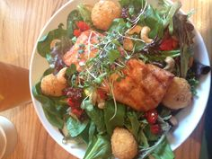Baked salmon salad with spinach and baked goat cheese balls, YUM