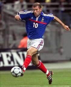 Zinédine Yazid Zidane. Fue internacional con la selección francesa absoluta en 108 ocasiones y anotó 31 goles. campeón del mundo 1998 y Eurocopa 2000