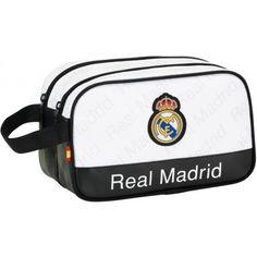 Neceser Real Madrid con dos departamentos      Neceser doble del mejor equipo de la historia     Dos departamentos con cremallera     Asa de mano para portar     Adaptable a carro portamochilas     Dimensiones: 26 x 15 x 12,5 cm.     Producto oficial Real Madrid     Fabricado por Safta