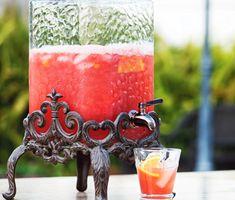 Denna härligt svalkande barnvänliga sommardrink blandar du enkelt till med en stavmixer. Strawberry punchen baseras på läsk, citronsaft och jordgubbar. Serveras väl kyld med apelsinskivor och is.