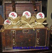 KDV-PSZ traktatie: Piraten traktatie, jute stof, raffialint blank, satéprikker met afbeelding piraat. schatkistje, of chocolade muntjes of koekmuntjes.