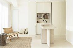 materiali naturali e colori neutri Bauhaus, Large Furniture, Furniture Design, Agi Architects, Timber Ceiling, Backyard Studio, Minimalist Apartment, Small Studio, Concrete Countertops