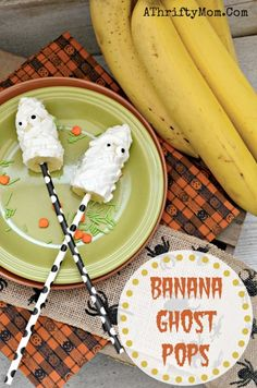 Banana Ghost Pops ~ Healthy Halloween Snacks - A Thrifty Mom - Recipes, Crafts, DIY and Diy Halloween Food, Halloween Party Appetizers, Halloween Treats For Kids, Halloween House, Little Girl Halloween, Healthy Living Recipes, Fruit Party, Fast Easy Meals
