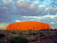 Uluru, in Australia, è il luogo dell'era del sogno, secondo la sacra mitologia aborigena. Di Thomas Schoch [GFDL (http://www.gnu.org/copyleft/fdl.html) o CC BY-SA 3.0 (http://creativecommons.org/licenses/by-sa/3.0)], attraverso Wikimedia Commons