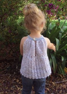 Ravelry: Pleated Halter Top pattern by Lisa van Klaveren You'll want to crochet this adorable top for your little girl's warm weather wardrobe. Crochet Bodycon Dresses, Black Crochet Dress, Crochet Halter Tops, Crochet Tunic, Crochet Crop Top, Crochet Girls, Crochet Baby Clothes, Crochet For Kids, Crochet Phone Cases