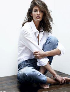 Chemise blanche portée manches roulottées + jean + chevelure sauvage = le bon mix
