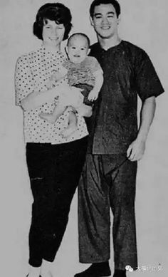 Rare and unseen photograph Bruce lee and his son Brandon Lee Bruce Lee with his wife Linda and son Brandon Unseen photograph . Rare Pictures, Rare Photos, Cool Pictures, Bruce Lee Frases, Bruce Lee Family, Bruce Lee Martial Arts, Photos Rares, My Family Photo, Family Photos