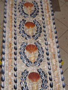 Shelled panel with mussel shells Seashell Art, Seashell Crafts, Beach Crafts, Summer Crafts, Pebble Mosaic, Stone Mosaic, Mosaic Glass, Shell House, Shell Chandelier