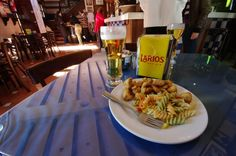 A new insider guide into the best tapas bars in Granada. The Andalusian city is as much about its tapas as it is about the Alhambra. Spain Honeymoon, Best Tapas, Granada, Spain Holidays, Pasta Salad, Ethnic Recipes, Food, Restaurants, Crab Pasta Salad