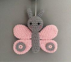 Kijk wat ik gevonden heb op Freubelweb.nl: een gratis haakpatroon van Troetels enzo om deze vlinder te haken. Haak er een paar om er een mobiel voor de babykamer bijvoorbeeld van te maken https://www.freubelweb.nl/freubel-zelf/gratis-haakpatroon-vlinder-2/