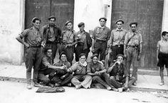 Requetés navarros de descanso en una población próxima  al frente de Madrid. Archivo Pablo Larraz