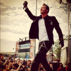 Trevor McNevan, looking awesome like usual :D Thousand Foot Krutch, Christian Rock Bands, Pop Punk Bands, Screamo, Band Pictures, Disney Songs, Great Pic, Composers, Rockers