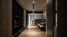 OneWorkDesign   Flow迴 留 / Flow 材料的感受 本案為住宅空間,利用延伸尺度及整合材料的手法來做為設計的出發點,將材質種類的使用單純化並透過對材質的賦予及重組來連結空間關係,讓空間中的天、地、壁形成具有流動性的視覺感. 空間的聯結 同樣的以流動讓客廳、餐廳及廚房產生關聯,在這之間都能停留及保持使用的聯結關係,使得空間中最終呈現的是材質流動的延續感及和諧的家人互動關係。