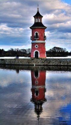 """Moritzburg Lighthouse, Germany """"Muy cerca del palacio de Fasanenschlösslein, en un pequeño lago, se encuentra este faro, construido en 1770 sólo para el entretenimiento del rey. El faro en cuestión está situado en un pequeño puerto, desde donde el rey y sus huespedes embarcabar simulando una vuelta al mundo. El rey también era muy aficionado a imitar batallas navales en ese lugar"""" Fuente: http://www.minube.com/rincon/faro-de-moritzburg-a225251"""