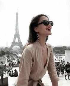 This is the most popular street in the city of Paris. Its tree-lined pathways sweep from the Place de la Concorde to the Arc de Triomphe. Paris Pictures, Paris Photos, Paris Photography, Travel Photography, Photography Ideas, Hotel Des Invalides, Photos Originales, Parisienne Chic, Paris Outfits