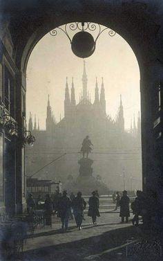 Piazza del Duomo vista attraverso l'arco del Passaggio del Duomo.