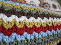 mes favoris tricot-crochet: Tuto crochet : Variation on granny stitch – Irish st… - Knitting Women Crochet Afghans, Crochet Stitches Patterns, Knit Or Crochet, Crochet Crafts, Crochet Hooks, Crochet Projects, Stitch Patterns, Crochet Pillow, Crochet Granny