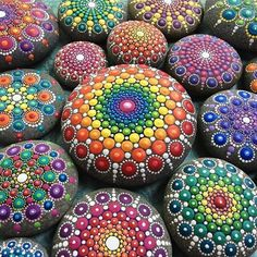 In her project called Mandala Stones, Australian artist Elspeth McLean gathers gorgeous seaside rocks and employs them as her canvas to make extremely vibrant and detailed artworks. Mandala Art, Mandala Design, Mandala Rocks, Mandala Painting, Pebble Painting, Dot Painting, Pebble Art, Stone Painting, Pencil Painting