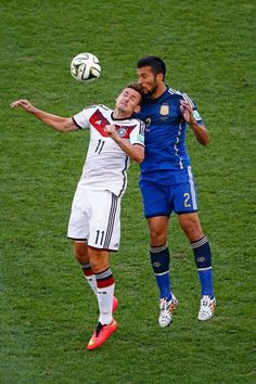 FIFA World Cup 2014 - Alemania 1 Argentina 0 (7.13.2014) - El Nuevo HeraldMiroslav Klose of Germany and Ezequiel Garay of Argentina go up for a header during the 2014 FIFA World Cup Brazil Final match between Germany and Argentina at Maracana on July 13, 2014 in Rio de Janeiro, Brazil. Jamie Squire / Getty Images