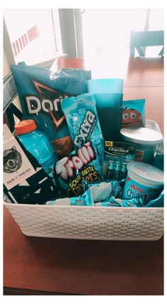 Blue Gift Basket, Gift Baskets For Him, Themed Gift Baskets, Birthday Gift Baskets, Raffle Baskets, Diy Best Friend Gifts, Cute Gifts For Friends, Bff Gifts, Homemade Gifts For Mom