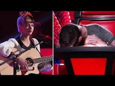 The voice : first time she play with her leg and singing