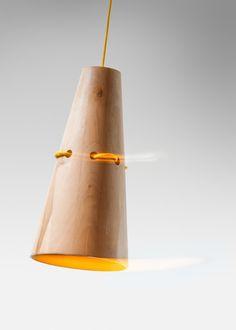Lampa wisząca Kabak. Wykonana z drewna naturalnego, ręcznie w polskiej pracowni. Lampa idealna do jadalni, kuchni lub dowolnego wnętrza. Ociepli wnętrza minimalistyczne i nowoczesne. 100% eko http://gotowewnetrza.pl/sklep/lampa-wiszaca-kabak/