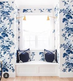 I'm crushing on this lovely music room in Caitlin Wilson's home. Navy Deco cushions with Schumacher wallpaper, a match made in heaven repost from @caitlinwilsondesign #homeinspiration #homedecor #navyforever