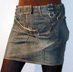 Jeans-Mini-Hüftrock in blue-stonewash vorne  mit aufgesetzten Taschen und hinten mit Klappe und Zier-Druckkopf.   Der Rock ist mit Reißer,Druckknopf und Klettblende zu schließen. Zusätzlich ist...