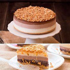 Tarta Tres Chocolates, la receta más fácil ¡te enamorará! , La tarta tres chocolates es una tarta espectacular, pero además nosotros tenemos la mejor receta de tarta tres chocolates del mundo, ¡pruébala! Sweet Recipes, Cake Recipes, Dessert Recipes, Desserts, Mousse, Fun Deserts, Tres Chocolates, Cakes And More, Vanilla Cake