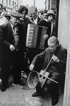 Markéta Luskačová - Street musician, Cheshire St, 1979