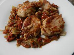 source : ici  INGREDIENTS : 1 filet mignon, 1 bocal de tomates confites à l'huile, 2 oignons, 3 cs de vinaigre balsamique, 1 cc... Filet Migon, Healthy Food, Healthy Recipes, Filets, Sprouts, Meat, Vegetables, Cooking, Pork
