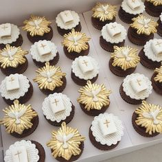 Cupcake Cake Designs, Cake And Cupcake Stand, Mini Cupcakes, Cupcake Cakes, Christening Cupcakes, Baptism Cookies, First Communion Decorations, Baptism Decorations, Communion Favors