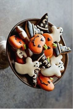 These decorated Halloween cookies are so festive and cute! Ghosts, witch hats, and jack-o-lantern cookies are a simple idea (and pretty easy) to add to a gathering to add some Halloween spirit! Halloween Donuts, Halloween Snacks, Biscuits Halloween, Dessert Halloween, Holidays Halloween, Happy Halloween, Halloween Decorations, Halloween Party, Pretty Halloween